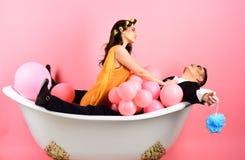 Подготовляющ ваши волосы хорошо Пары человека пантомимы и сексуальной женщины наслаждаются искупать День жемчужной ванны Режим кр стоковые фото