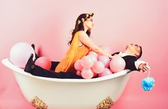 Подготовляющ ваши волосы хорошо Пары человека пантомимы и сексуальной женщины наслаждаются искупать День жемчужной ванны Режим кр стоковая фотография