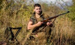 Подготовьте для охотиться Чему вы должны иметь промежуток времени охотясь окружающая среда природы Концепция винтовки перезарядки стоковое изображение rf