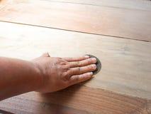 Подготовьте древесину для того чтобы покрасить в следующем шаге стоковое фото