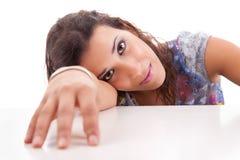 подготовьте красивейшую головку ее его отдыхая детеныши женщины Стоковое Фото