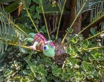 Поддельный хамелеон в кустарнике стоковая фотография