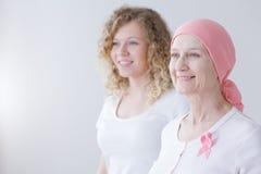 Поддерживая рак молочной железы матери сражая стоковая фотография rf