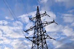 Поддержка линии электропередач против предпосылки облачного неба стоковая фотография