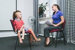 Поддержка ребенка приема психолога профессиональная стоковое изображение