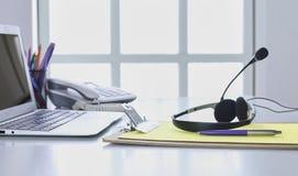 Поддержка связи, центр телефонного обслуживания и справочное бюро обслуживания клиента Шлемофон VOIP на клавиатуре портативного к стоковые изображения rf