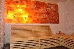 Поддержка стены и заголовника соли деревянной скамьи в комнате сауны как rel Стоковые Фотографии RF