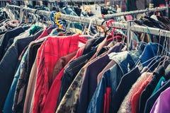 Подержанная одежда, винтажная мода на блошином рынке, Берлине стоковое изображение rf