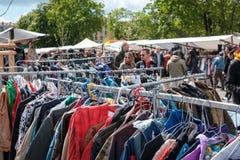 Подержанная одежда, винтажная мода на блошином рынке, Берлине стоковые изображения
