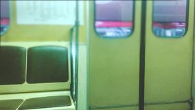 Подземная дверь метро раскрывает концепцию люди в автомобиле в метро подземное метро толпа людей образа жизни сток-видео