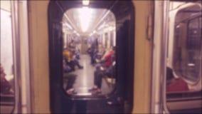 Подземная концепция метро люди в автомобиле в метро подземное метро образ жизни толпы видео запачканного людьми акции видеоматериалы