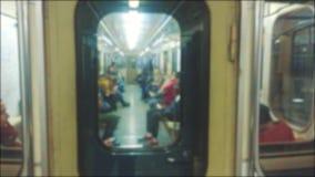 Подземная концепция метро люди в автомобиле в метро подземное метро толпа видео образа жизни запачканного людьми видеоматериал