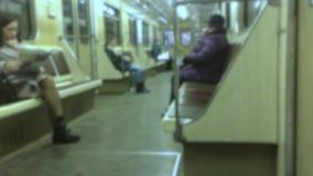 Подземная концепция метро люди в автомобиле в метро подземное метро толпа видео людей запачканного образом жизни сток-видео
