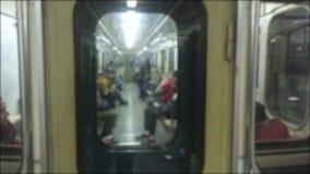 Подземная концепция метро люди в автомобиле в метро подземное метро толпа образа жизни видео запачканного людьми видеоматериал