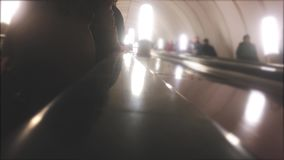 Подземная концепция метро люди в поездке на метро эскалатор толпа видео людей запачканного образом жизни сток-видео