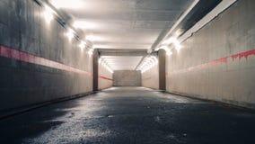 Подземная пешеходная тропа со светами дальше стоковое изображение