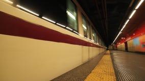 Подземная станция метро Электропоезд проходит мимо видеоматериал