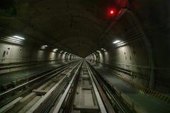 Подземные рельсы перспективы тоннеля с сигналом красного света Стоковые Изображения RF
