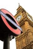 Подземный знак и большое Бен в Лондоне Стоковая Фотография