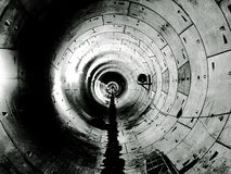 Подземный тоннель экрана в черно-белом Сингапуре стоковые изображения