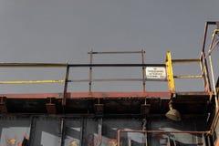 Подиумы против серого неба, американского промышленного места стоковая фотография rf