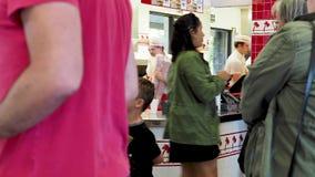 Подкладка толпы до заказа и скомплектовать вверх на в-N-вне положении бургера Экипаж и повара занятые в задней части акции видеоматериалы