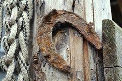 Подкова на деревянной двери с веревочкой стоковая фотография rf