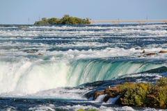 Подкова падения Ниагары ontario Красивый водопад на голубом небе и белизне заволакивает предпосылка Стоковые Фотографии RF