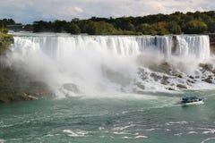 Подкова падения Ниагары ontario Красивый водопад на голубом небе и белизне заволакивает предпосылка Стоковые Изображения RF