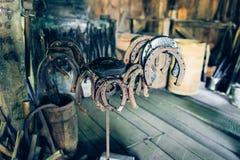 Подковы Брайна ржавые античные в амбаре стоковая фотография rf