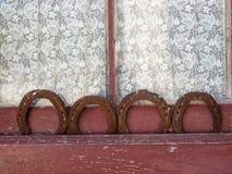 4 подковы в старом окне с занавесом Стоковые Фото