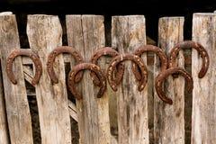 Подковы на старой деревянной загородке Стоковая Фотография