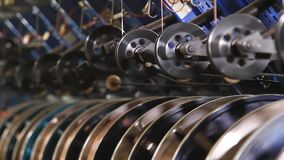 Подкрепление провода современных автошин в фабрике сток-видео