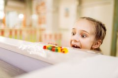 Подленький похититель принимает помадку от таблицы в магазине конфеты стоковая фотография