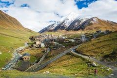 Подлинная деревня высоко-горы в долине стоковое фото