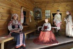 Подлинная русская северная деревня, реконструкция дома, украшение домов и характеристики обмундирований residen стоковые фото