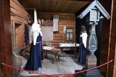 Подлинная русская северная деревня, реконструкция дома, украшение домов и характеристики обмундирований residen стоковые фотографии rf