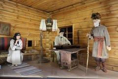 Подлинная русская северная деревня, реконструкция дома, украшение домов и характеристики обмундирований residen стоковое фото