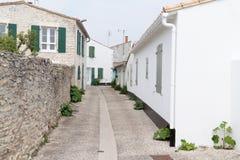 Подлинные булыжник и улица Белого Дома в St Martin de Re Франции стоковое фото