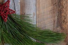Подлинные и деревенские украшения праздника рождества на выдержанной древесине стоковая фотография