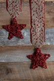 Подлинные и деревенские украшения праздника рождества на выдержанной древесине стоковое изображение rf