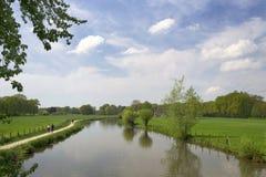 Подлинный ландшафт голландца с рекой Kromme Rijn, дорожкой, облаками и деревьями Стоковое Изображение RF