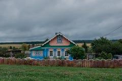 Подлинный старый деревянный сельский дом в России Стоковые Фотографии RF