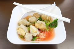 Подлинный суп лапши Тайск-стиля стоковые фотографии rf