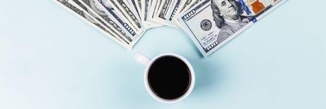 Подлинный черный кофе в чашке и банкнотах доллара США Стоковое Изображение RF