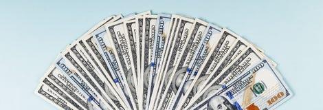 Подлинный черный кофе в чашке и банкнотах доллара США Стоковое фото RF