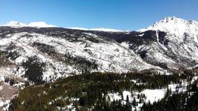 Подметая взгляд снежных леса и гор акции видеоматериалы