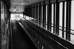 Подниматься на эскалатор в торговом центре стоковое фото