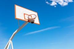 Поднимающее вверх баскетбола близкое, bal баскетбола в обруче на солнечном дне Стоковое Изображение RF