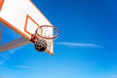 Поднимающее вверх баскетбола близкое, bal баскетбола в обруче на солнечном дне Стоковое Фото